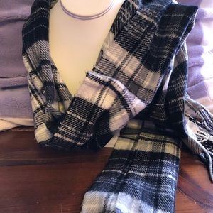 D & Y Polyester Checkered Fringed Scarf
